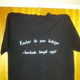 Svart t-shirt med vit text